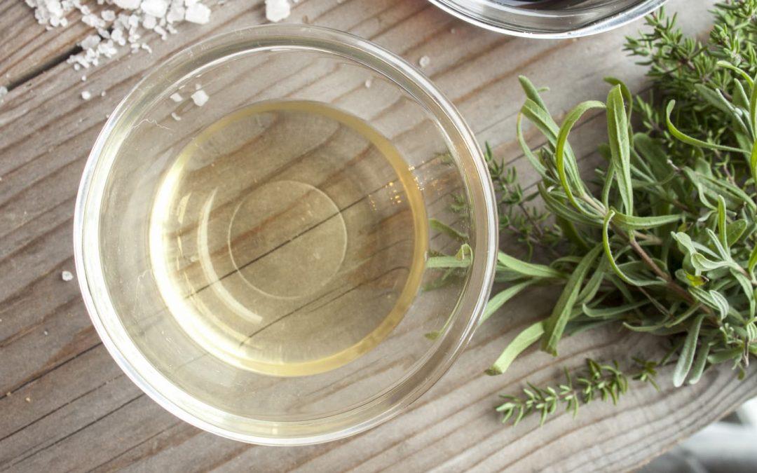 Le vinaigre blanc s'invite dans votre jardin ! 5 utilisations miraculeuses.